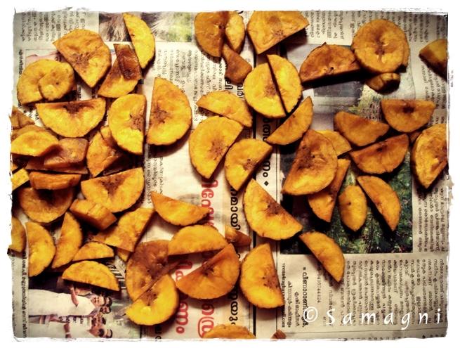 Deep fried raw plantain pieces