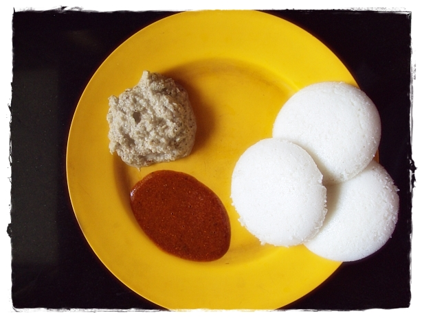 idli served with milaga podi and chutney